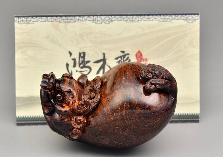 鸿木斋 海黄百吉雕刻 单面貔貅 黄花梨手把件 孤品 H4658 (12).JPG