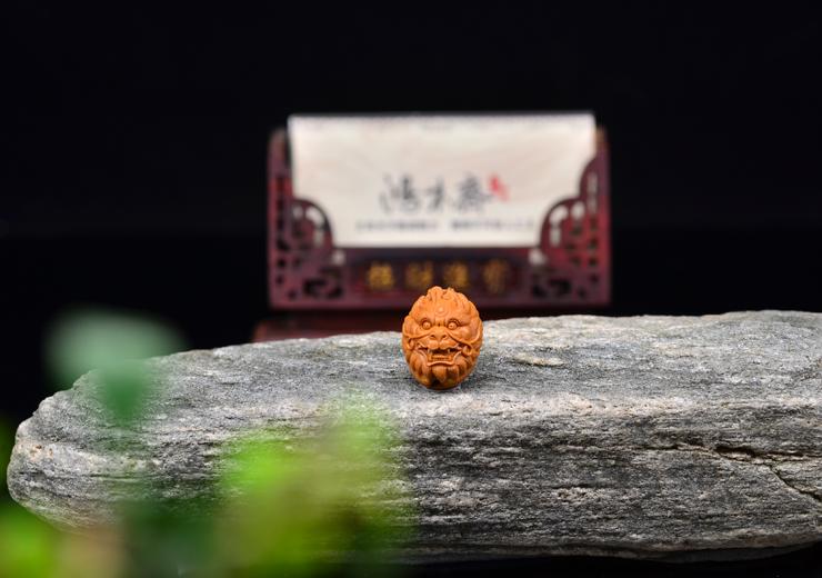 鸿木斋 橄榄核雕刻 神兽首 鸿木斋款 橄榄核雕小挂件 G83 (5).JPG