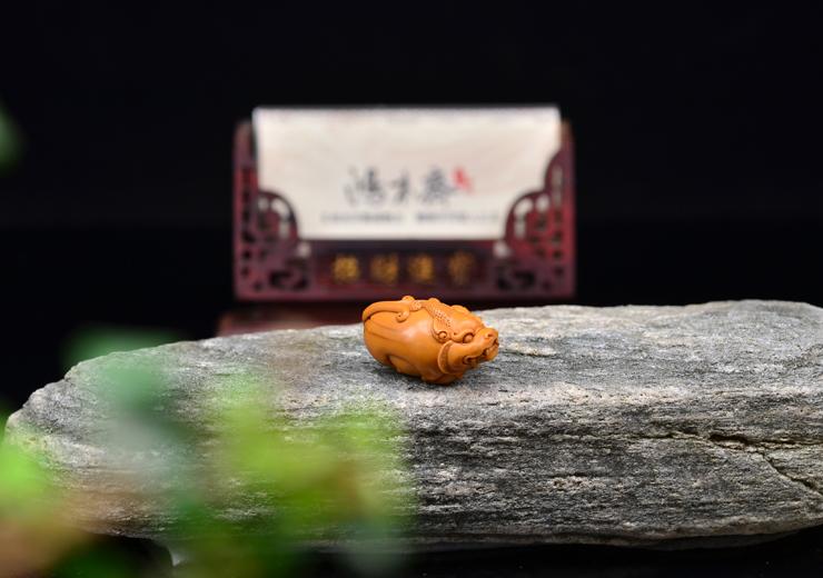 鸿木斋 橄榄核雕刻 貔貅 单籽大核 鸿木斋款 橄榄核小挂件 G86 (8).JPG