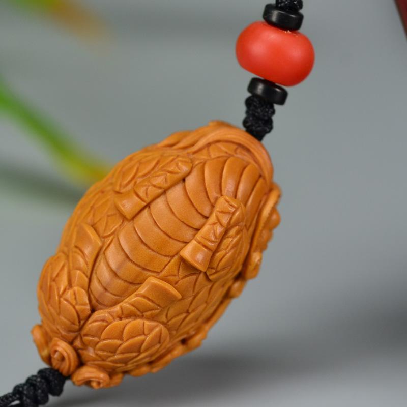 鸿木斋 橄榄核雕 橄榄核雕刻麒麟吐书 手机挂坠 孤品G157 (6).JPG