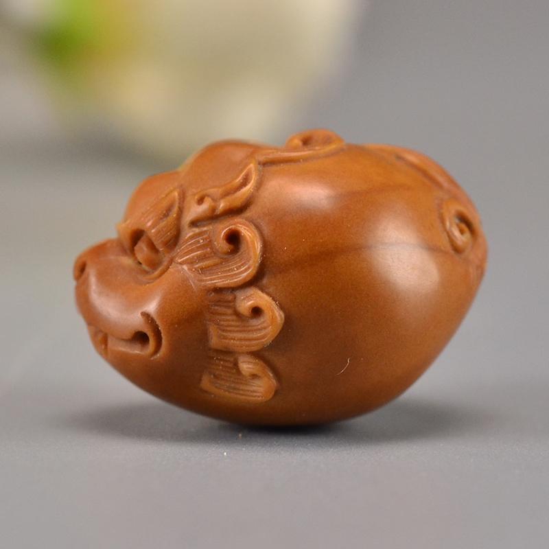 鸿木斋 橄榄核雕刻貔貅单籽吊坠把件G289 (1).JPG
