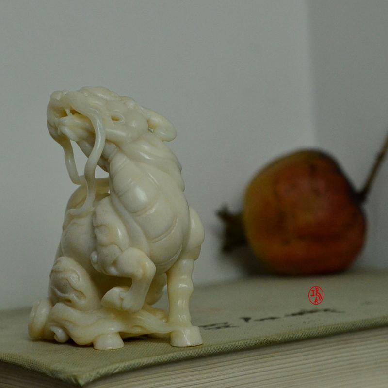 鸿款雕刻《坐麒麟》鹿角把件艺术案头摆件手作孤品LJ06 (9).JPG
