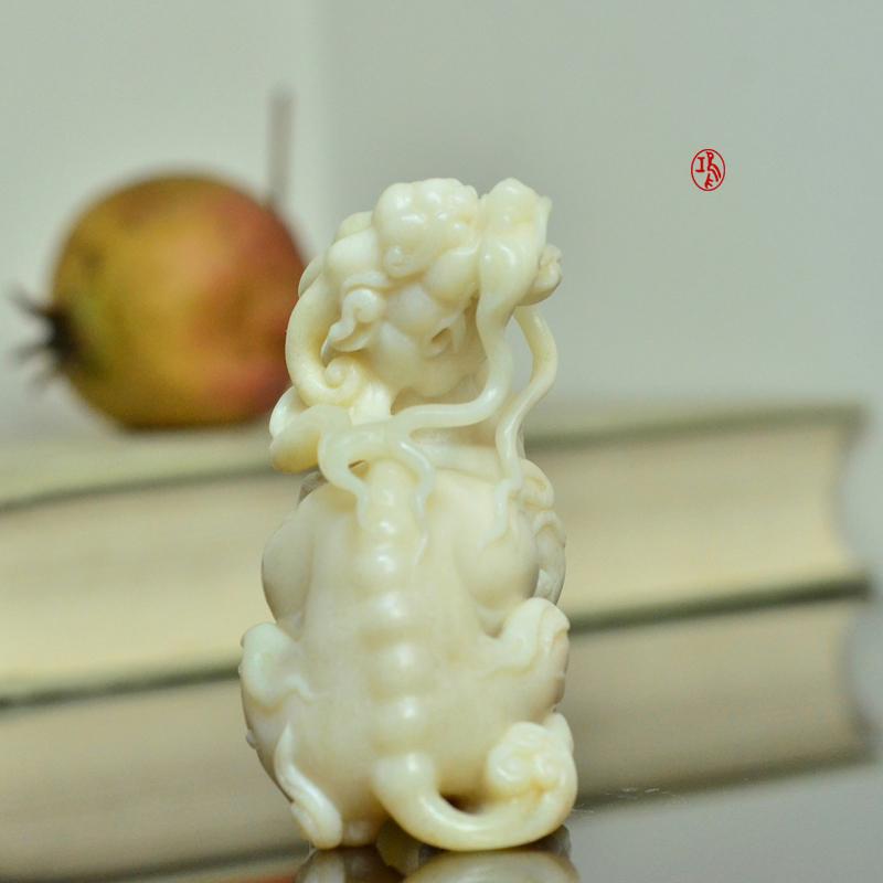鸿款雕刻《坐麒麟》鹿角把件艺术案头摆件手作孤品LJ06 (3).JPG