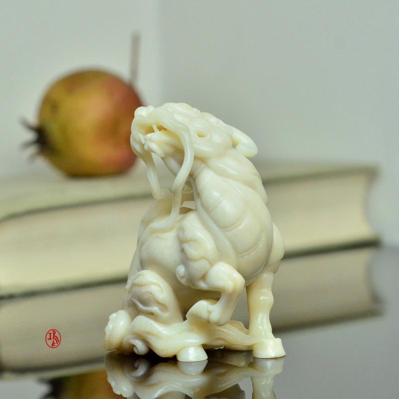 鸿款雕刻《坐麒麟》鹿角把件艺术案头摆件手作孤品LJ06 (1).JPG